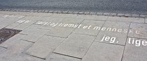 """""""Nukkekodin"""" kuuluisa sitaatti: """"Jeg tror jeg er först og fremst"""" Kuva: Reeta / Les! Lue!"""