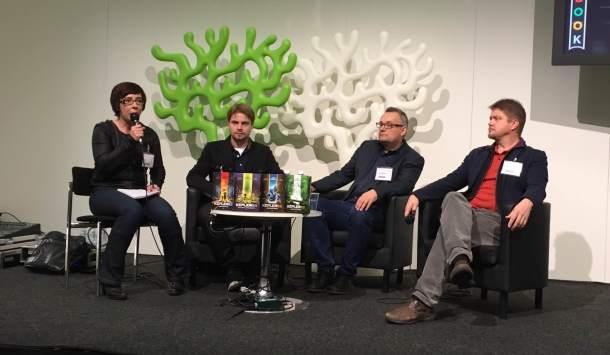 Kääntäjä Outi Menna, kuvittaja Pasi Pitkänen ja kirjailijat Bjørn Sortland ja Timo Parvela. Kuva: Reeta / Les! Lue!