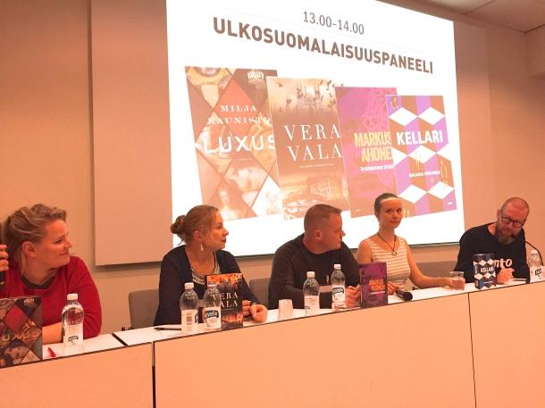 Kirjailijat Milja Kunisto, Vera Vala, Markus Ahonen ja Maaria Päivinen, haastattelijana Timo Forss. Kuva: Reeta / Les! Lue!