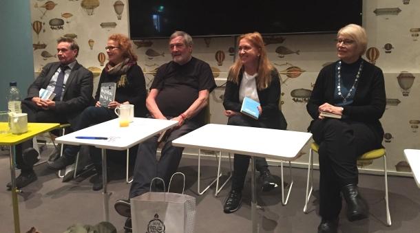 Hannu Mäkelä, Riitta Jalonen, Claes Andrsson, Anja Snellman ja Tuula-Liina Varis. Kuva: Reeta / Les! Lue!