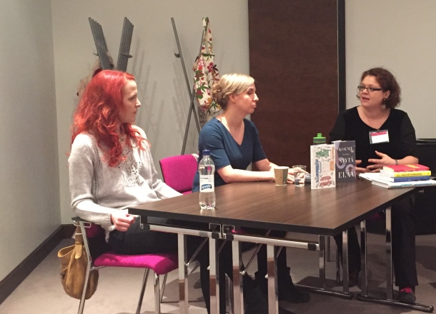 Soili Pohjalainen ja Tiina Lifländer, haastattelijana Kanerva Eskola. Kuva: Reeta / Les! Lue!