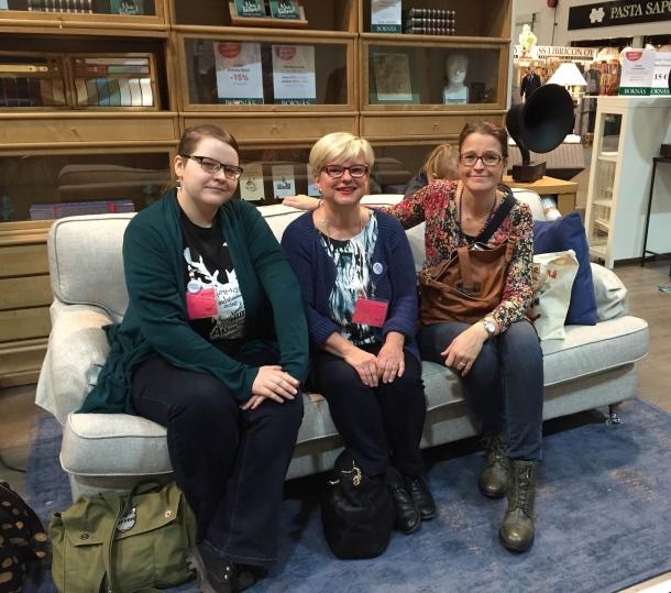 Niina Yöpöydän kirjat -blogista, Airi Kirsin Book Club -blogista ja Tanja Aina joku kesken -blogista. Kuva: Reeta / Les! Lue!